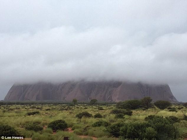 Mưa lớn tạo hàng trăm thác nước trên núi thiêng - ảnh 1