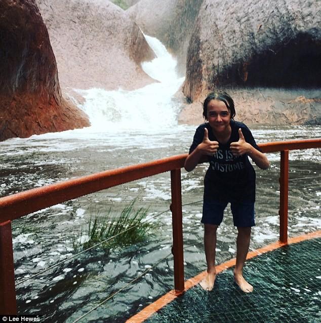 Mưa lớn tạo hàng trăm thác nước trên núi thiêng - ảnh 3