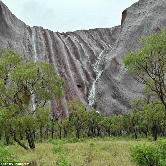 Mưa lớn tạo hàng trăm thác nước trên núi thiêng - ảnh 4