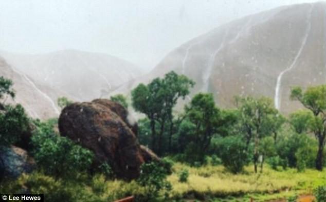 Mưa lớn tạo hàng trăm thác nước trên núi thiêng - ảnh 7
