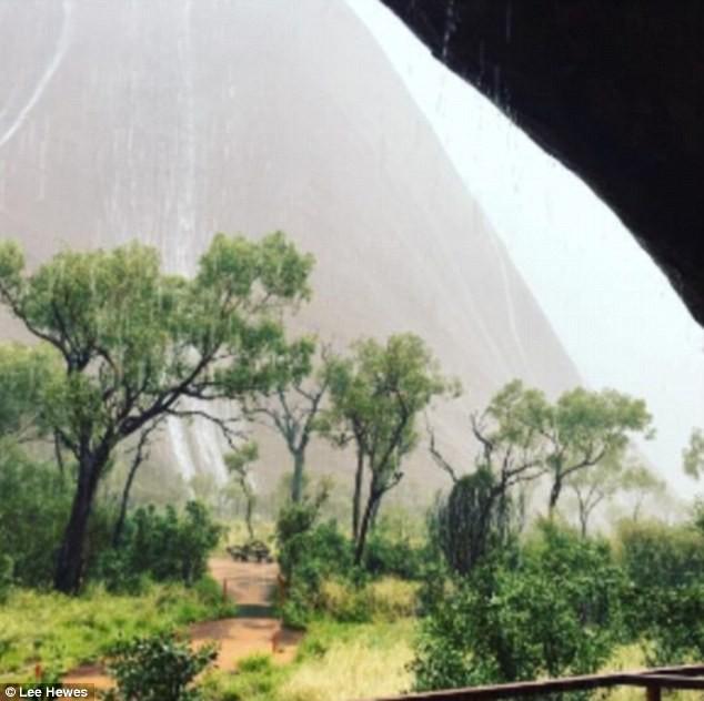 Mưa lớn tạo hàng trăm thác nước trên núi thiêng - ảnh 8