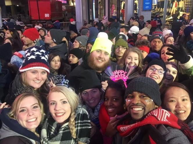 Hoành tráng màn hạ cầu mừng năm mới trên Quảng trường Thời đại - ảnh 1