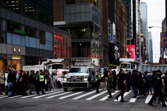 Mỹ: Xe tải chở rác 'vây' Quảng trường thời đại trước giao thừa - ảnh 3