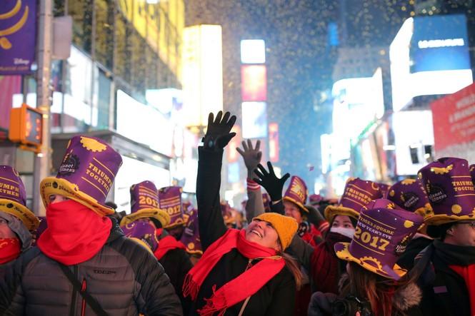 Hoành tráng màn hạ cầu mừng năm mới trên Quảng trường Thời đại - ảnh 8