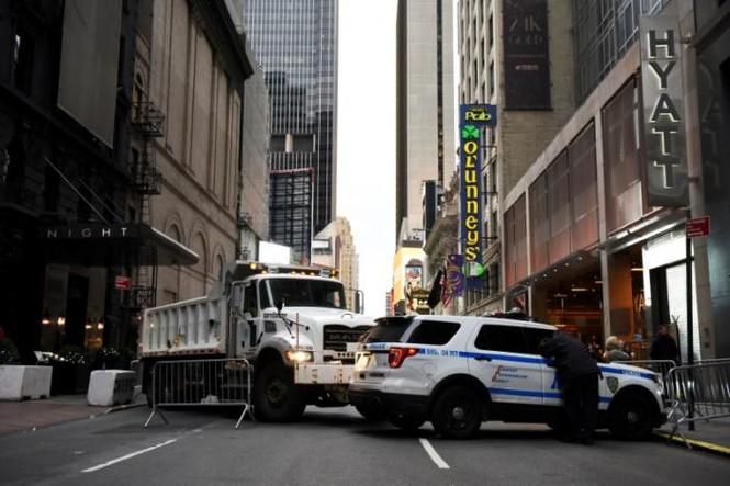 Mỹ: Xe tải chở rác 'vây' Quảng trường thời đại trước giao thừa - ảnh 2