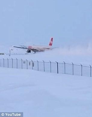Máy bay chở 300 người bị hỏng động cơ giữa trời - ảnh 2