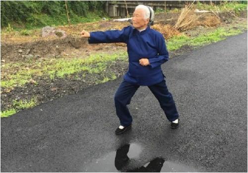 90 năm luyện võ, cụ bà múa côn, đi quyền khiến trai tráng phát hờn - ảnh 1