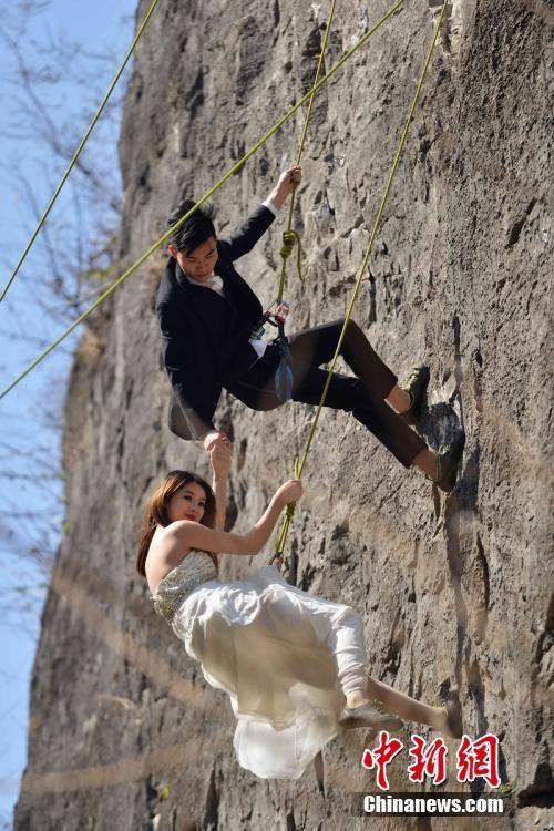 Treo người trên vách núi cao 100 mét để chụp ảnh cưới  - ảnh 1