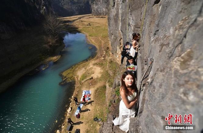 Treo người trên vách núi cao 100 mét để chụp ảnh cưới  - ảnh 2