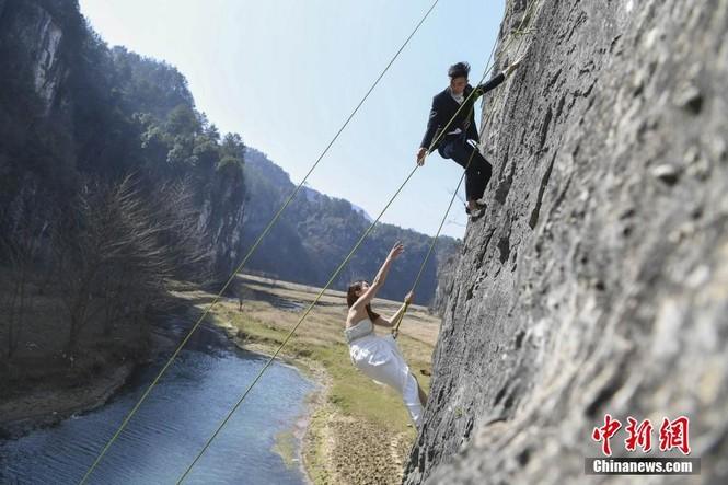 Treo người trên vách núi cao 100 mét để chụp ảnh cưới  - ảnh 3