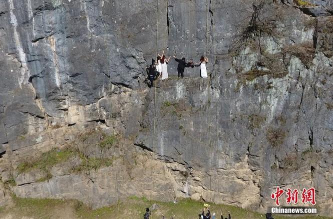 Treo người trên vách núi cao 100 mét để chụp ảnh cưới  - ảnh 4