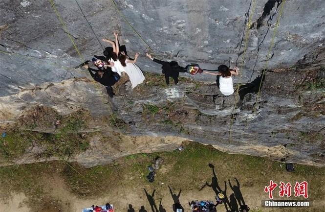 Treo người trên vách núi cao 100 mét để chụp ảnh cưới  - ảnh 5