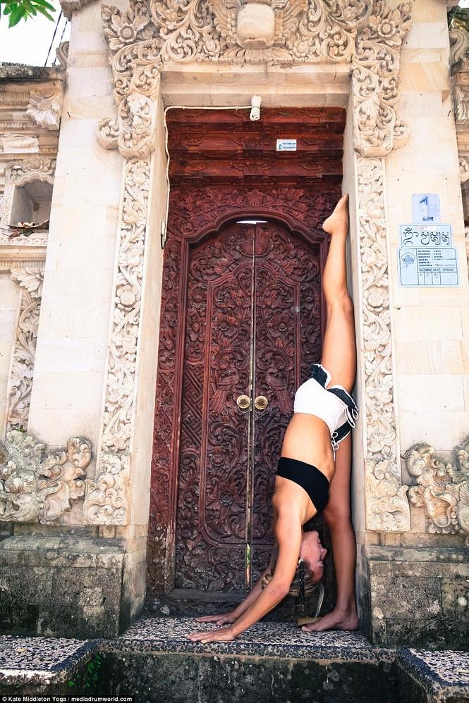 Dân mạng dậy sóng chứng kiến cô gái nín thở 6,5 phút tập yoga dưới biển - ảnh 9