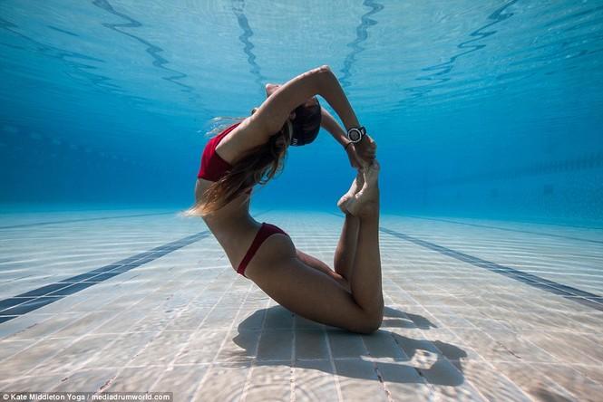 Dân mạng dậy sóng chứng kiến cô gái nín thở 6,5 phút tập yoga dưới biển - ảnh 2