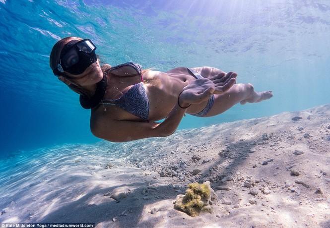Dân mạng dậy sóng chứng kiến cô gái nín thở 6,5 phút tập yoga dưới biển - ảnh 3