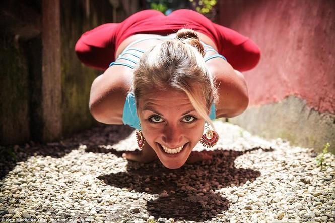 Dân mạng dậy sóng chứng kiến cô gái nín thở 6,5 phút tập yoga dưới biển - ảnh 4