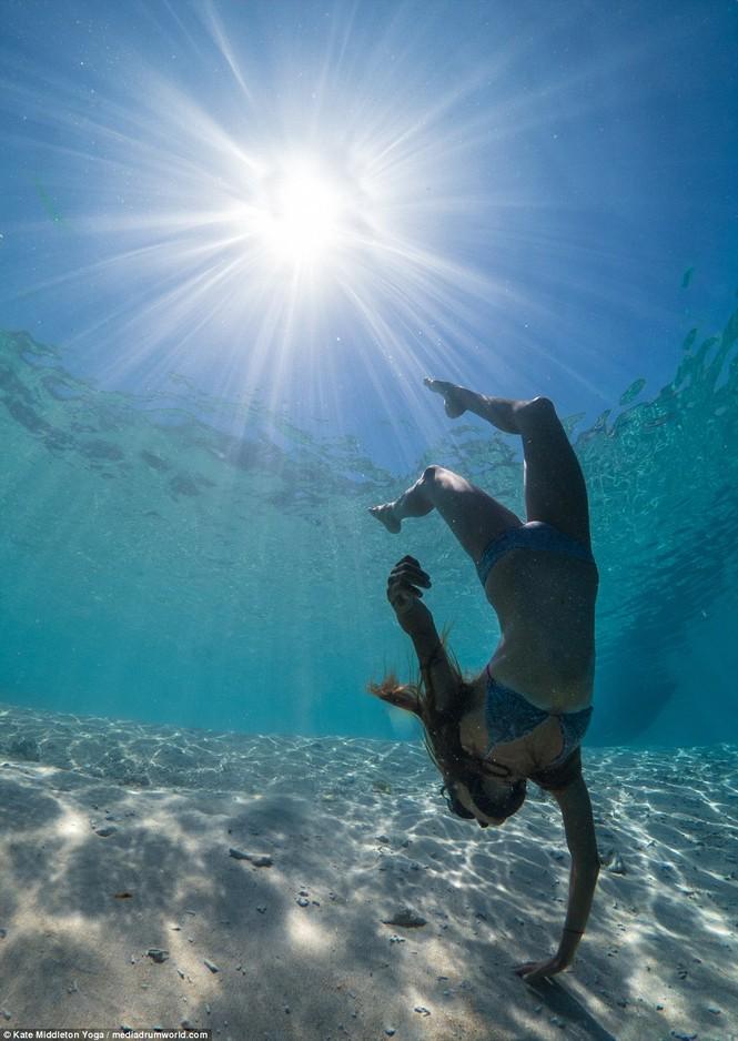 Dân mạng dậy sóng chứng kiến cô gái nín thở 6,5 phút tập yoga dưới biển - ảnh 8