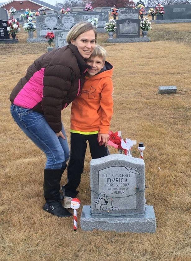Cậu bé suốt 5 năm ngồi bên mộ kể chuyện cho em song sinh - ảnh 1