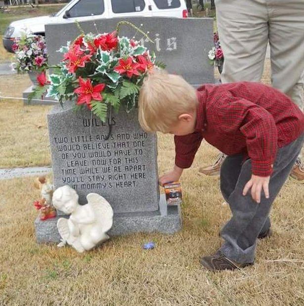 Cậu bé suốt 5 năm ngồi bên mộ kể chuyện cho em song sinh - ảnh 2