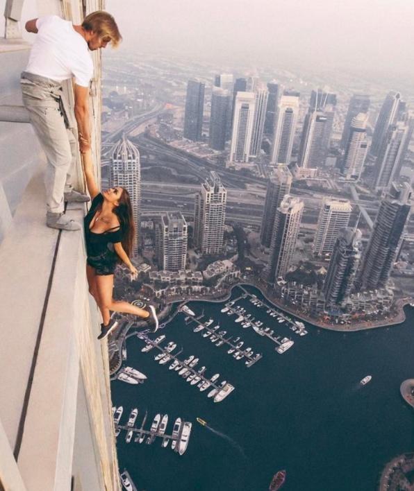 Người mẫu đu trên nóc nhà chọc trời bị cảnh sát 'sờ gáy' - ảnh 1