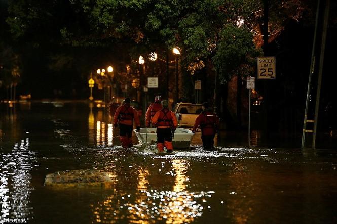 Mỹ hứng chịu lũ lụt khủng khiếp nhất 100 năm qua - ảnh 9