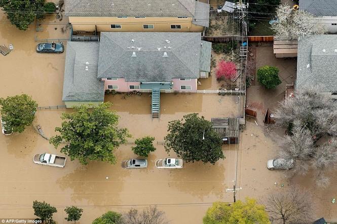 Mỹ hứng chịu lũ lụt khủng khiếp nhất 100 năm qua - ảnh 3