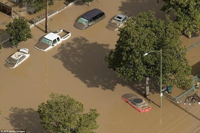 Mỹ hứng chịu lũ lụt khủng khiếp nhất 100 năm qua - ảnh 5
