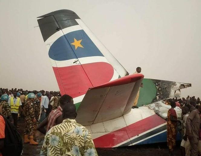 Máy bay chở 44 người rơi xuống đường băng, vỡ tan tành - ảnh 1