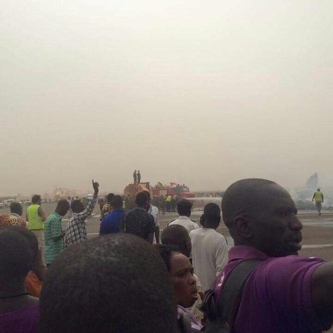 Máy bay chở 44 người rơi xuống đường băng, vỡ tan tành - ảnh 2