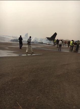 Máy bay chở 44 người rơi xuống đường băng, vỡ tan tành - ảnh 4