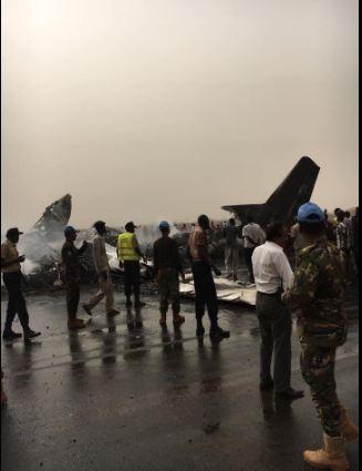 Máy bay chở 44 người rơi xuống đường băng, vỡ tan tành - ảnh 6