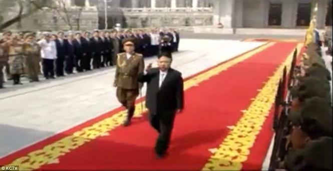 Cận cảnh cuộc duyệt binh hoành tráng nhất lịch sử CHDCND Triều Tiên - ảnh 1