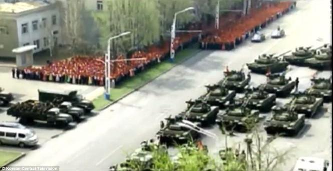 Cận cảnh cuộc duyệt binh hoành tráng nhất lịch sử CHDCND Triều Tiên - ảnh 7