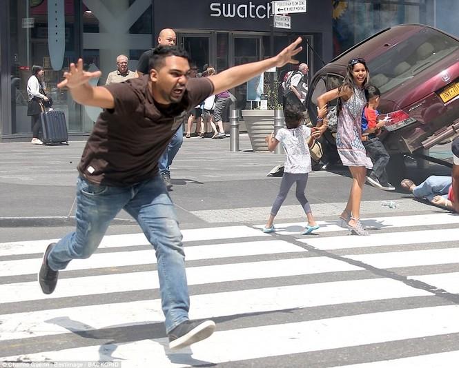 Hãi hùng xe điên lao vào người đi bộ trên Quảng trường Thời đại - ảnh 2