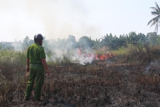 TPHCM: Đốt rác 'uy hiếp' nhà dân - ảnh 1