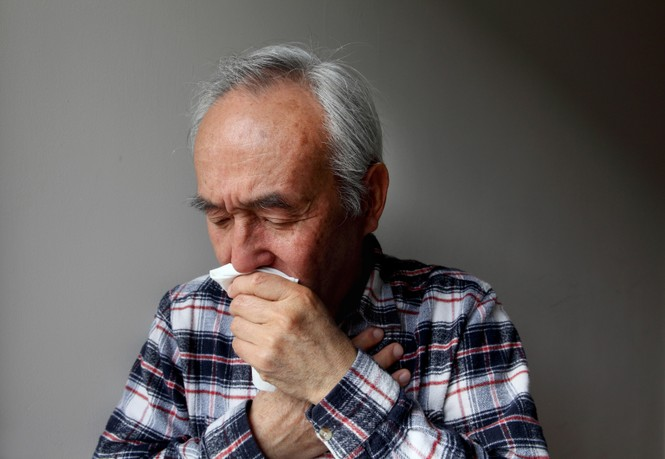 Đề phòng viêm thanh quản cho người cao tuổi trong mùa lạnh - ảnh 1