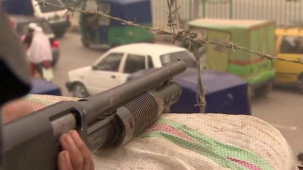 Giáo viên mang súng sau thảm sát trường học đẫm máu - ảnh 3