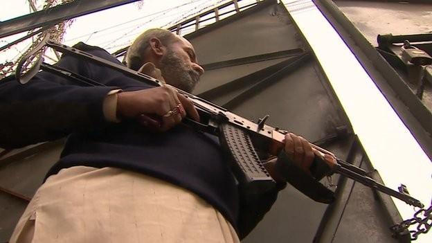 Giáo viên mang súng sau thảm sát trường học đẫm máu - ảnh 4