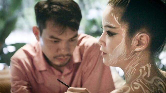Sốc với nụ hôn đồng giới của nữ nghệ sỹ trình diễn Bùi Thanh Lê - ảnh 2