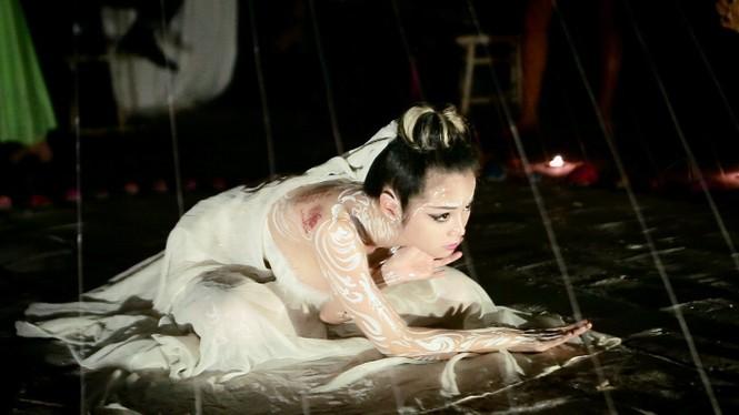 Sốc với nụ hôn đồng giới của nữ nghệ sỹ trình diễn Bùi Thanh Lê - ảnh 6