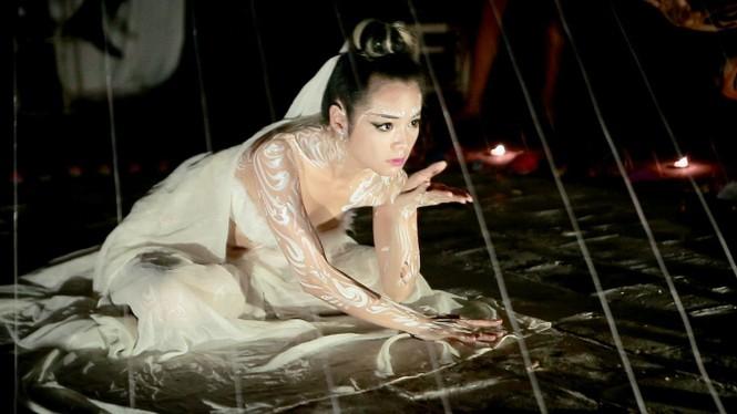 Sốc với nụ hôn đồng giới của nữ nghệ sỹ trình diễn Bùi Thanh Lê - ảnh 7