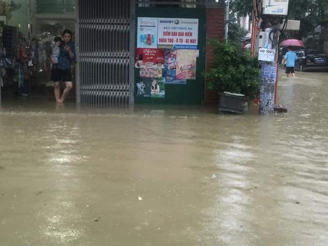 Thành phố Vinh ngập sâu, nước tràn vào nhà dân - ảnh 5