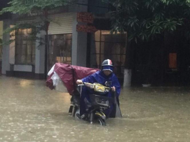 Thành phố Vinh ngập sâu, nước tràn vào nhà dân - ảnh 2