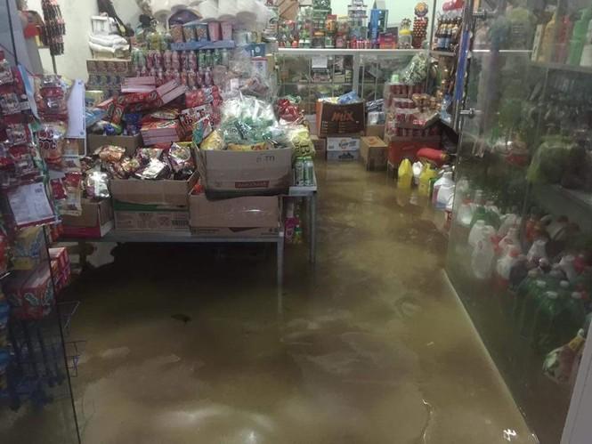Thành phố Vinh ngập sâu, nước tràn vào nhà dân - ảnh 3