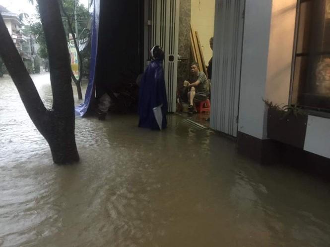 Thành phố Vinh ngập sâu, nước tràn vào nhà dân - ảnh 6