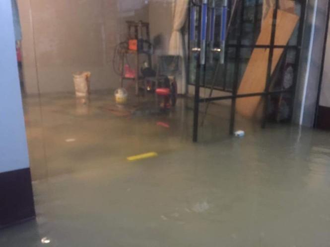 Thành phố Vinh ngập sâu, nước tràn vào nhà dân - ảnh 4