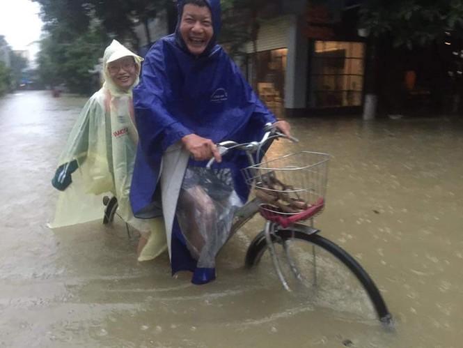 Thành phố Vinh ngập sâu, nước tràn vào nhà dân - ảnh 1