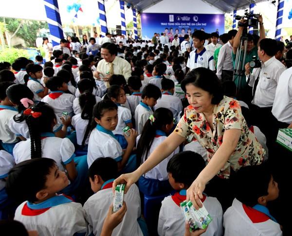 Quỹ sữa Vươn cao Việt Nam tiếp tục tặng sữa cho trẻ em tại Cần Thơ - ảnh 2
