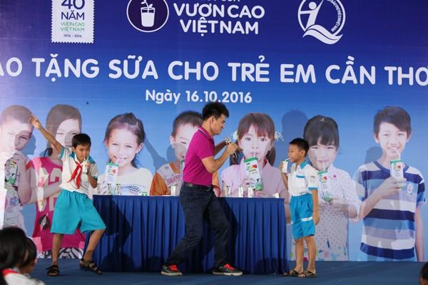 Quỹ sữa Vươn cao Việt Nam tiếp tục tặng sữa cho trẻ em tại Cần Thơ - ảnh 8