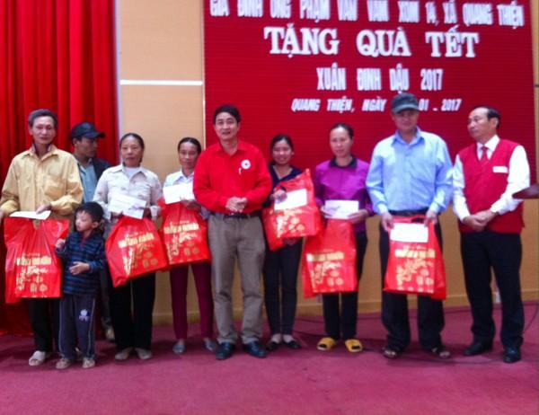 Nông dân Phạm Văn Vam đem Tết sớm cho bà con nghèo  - ảnh 2